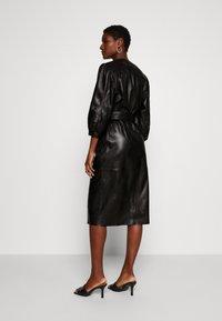 Ibana - DORA DRESS WITH  BELT - Pouzdrové šaty - black - 2
