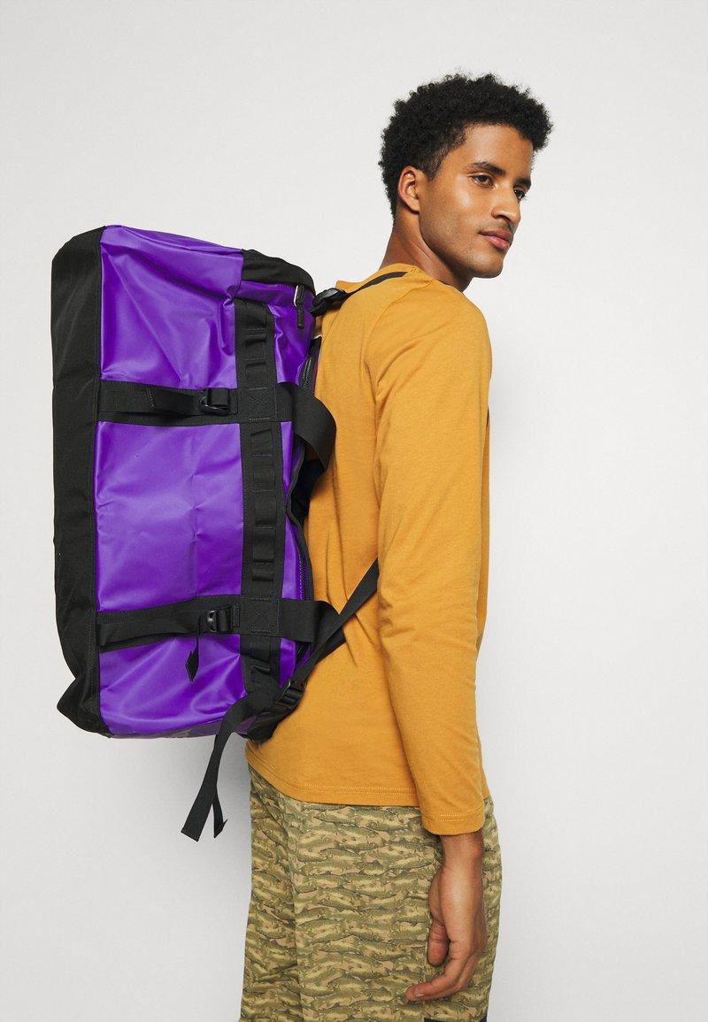 The North Face - BASE CAMP DUFFEL M UNISEX - Sac de sport - purple/black