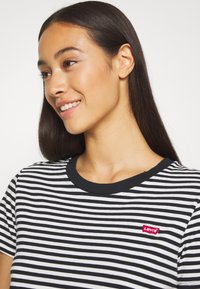 Levi's® - PERFECT TEE - Print T-shirt - black/white - 3