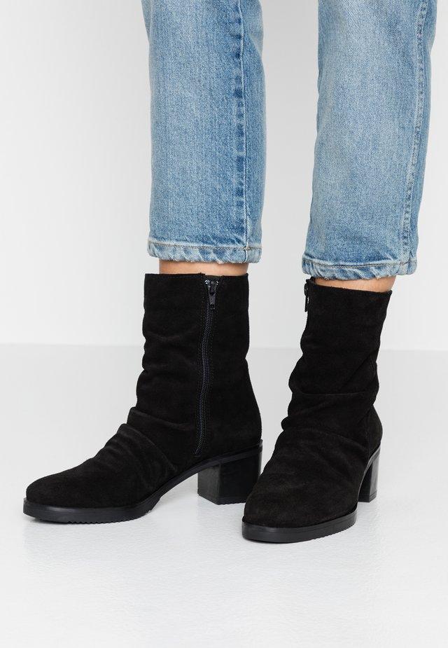 LUCIA - Korte laarzen - black