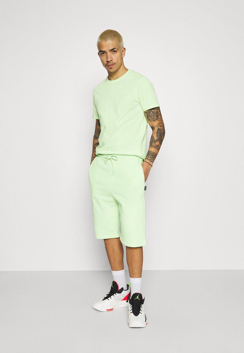 YOURTURN - UNISEX SET - Shorts - green