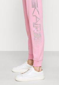 KARL LAGERFELD - RHINESTONE LOGO PANTS - Tracksuit bottoms - pink - 5
