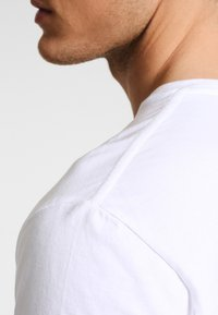 GANT - THE ORIGINAL - T-shirt - bas - white - 4