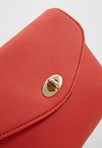Dorothy Perkins - TWIST LOCK XBODY - Bandolera - red - 2