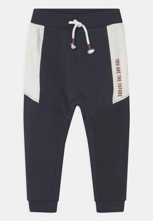 NMMLAUST - Spodnie materiałowe - dark sapphire