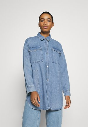 SHIRT OVERSIZED FIT CHEST POCKET LONG SLEEVES - Button-down blouse - light linen wash