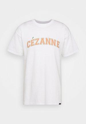 CEZANNE VARSITY ARTS  - Printtipaita - white