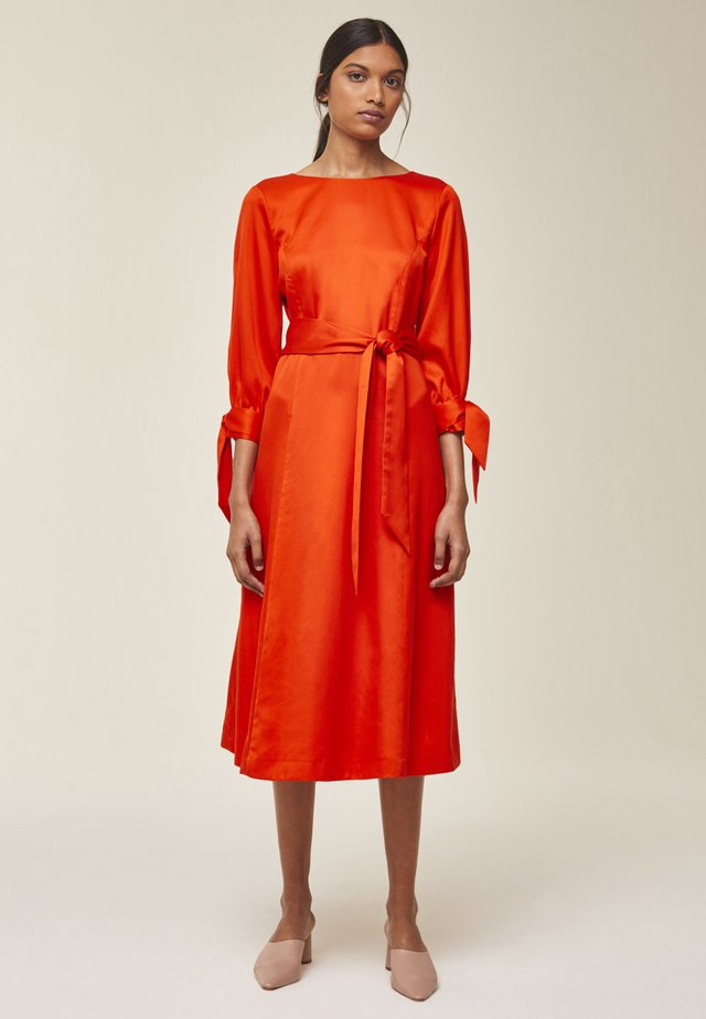 MIT SCHLEIFENDETAIL - Day dress - mandarin red