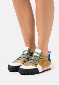 CLOSED - CHIRPY - Sneakersy niskie - golden brown - 0