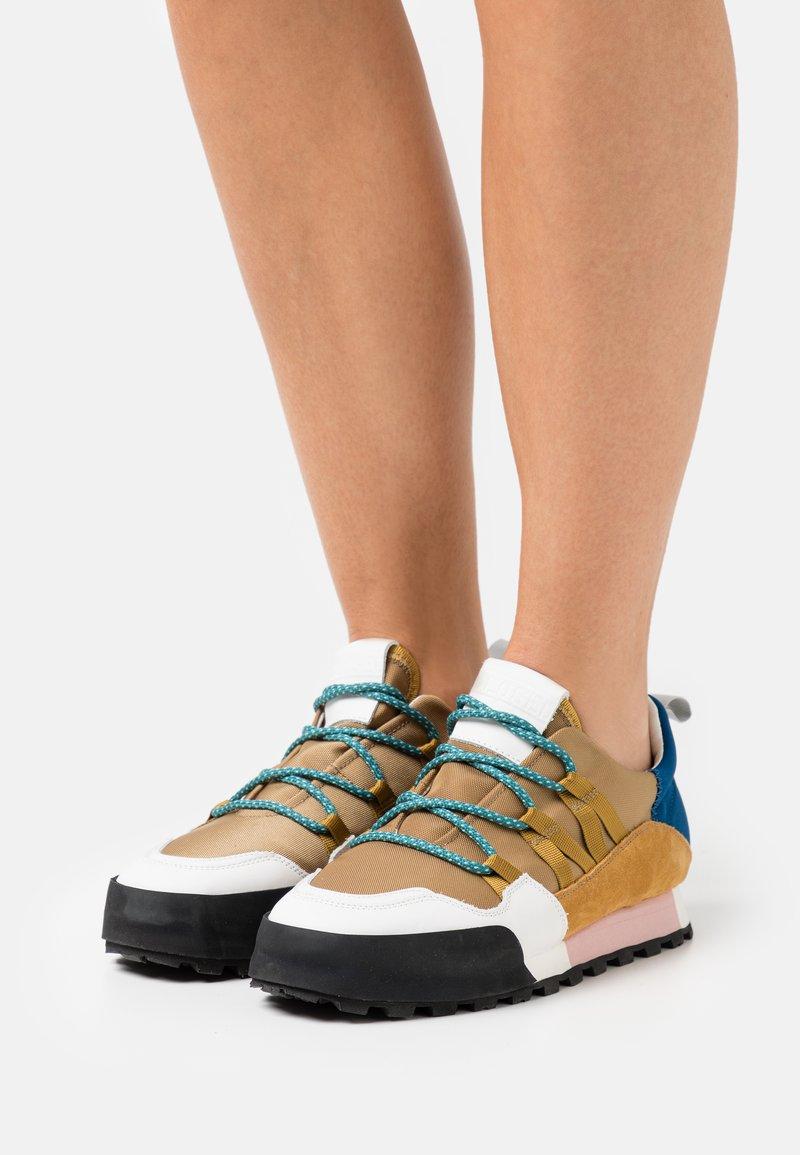 CLOSED - CHIRPY - Sneakersy niskie - golden brown