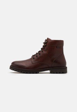 ROBERTS - Šněrovací kotníkové boty - brown