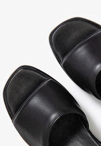 Inuovo - Slippers - schwarz - 5