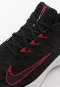 Nike Performance - QUEST 3 - Neutrální běžecké boty - black/university red/white - 5