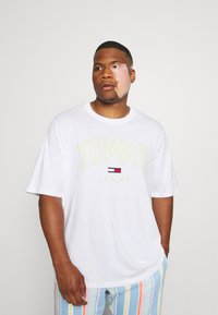Tommy Jeans Plus - SHADOW TEE - Print T-shirt - white - 1