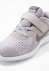 Nike Performance - REVOLUTION 4 FLYEASE - Neutral running shoes - atmosphere grey/metallic pewter-thunder grey-lt current blue - 2