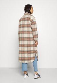 ONLY - ONLLOLLY LONG CHECK COAT - Klassisk frakke - whitecap gray - 2