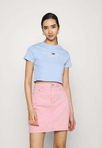BABY TEE - Camiseta estampada - light powdery blue
