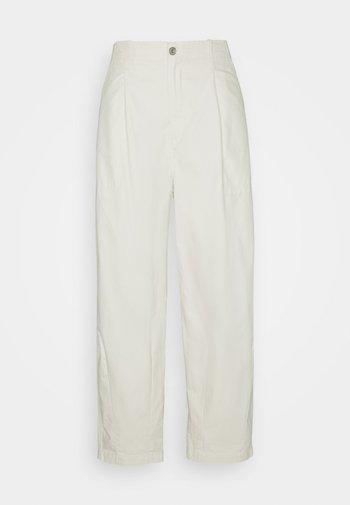 UTILITY PLEATED BALLOON - Spodnie materiałowe - crisp tofu
