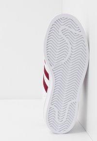 adidas Originals - SUPERSTAR - Sneakersy niskie - footwear white/collegiate burgundy - 4