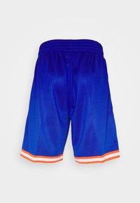Mitchell & Ness - NEW YORK KNICKS NBA OLD ENGLISH FADED SWINGMAN SHORTS - Short de sport - capital blue - 8