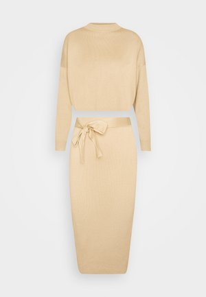 FUNNEL NECK CROPPED JUMPER AND TIE WAIST MIDI SKIRT SET - Svetr - camel