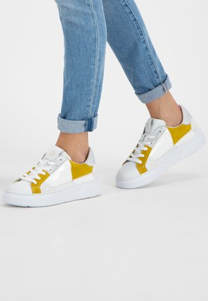 Sneakers laag - white/oker