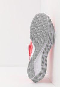 Nike Performance - AIR ZOOM PEGASUS 36 FLYEASE - Obuwie do biegania treningowe - laser crimson/white/light smoke grey/photon dust - 4
