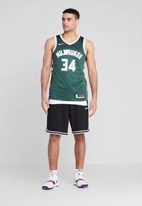 Nike Performance - NBA GIANNIS ANTETOKOUNMPO MILWAUKEE BUCKS SWINGMAN ROAD - Article de supporter - fir/flat opal - 1