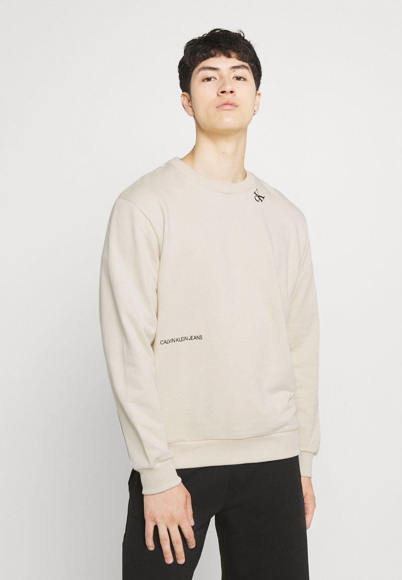 Calvin Klein Jeans - TAPE CREW NECK - Felpa - muslin