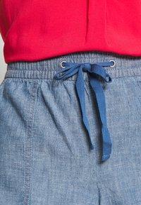 GAP - V-PULL ON UTILITY - Shorts - blue chambray - 4