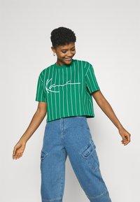 Karl Kani - SIGNATURE PINSTRIPE TEE - Print T-shirt - green - 0