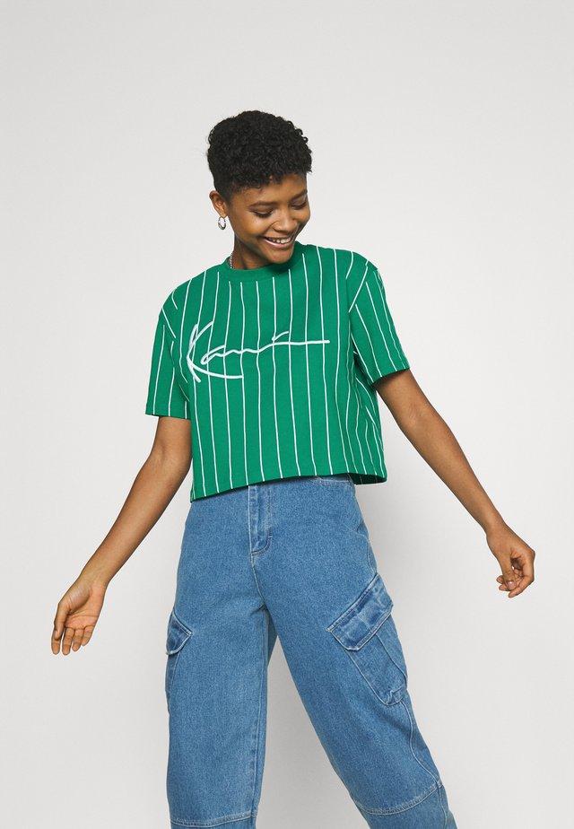 SIGNATURE PINSTRIPE TEE - Print T-shirt - green