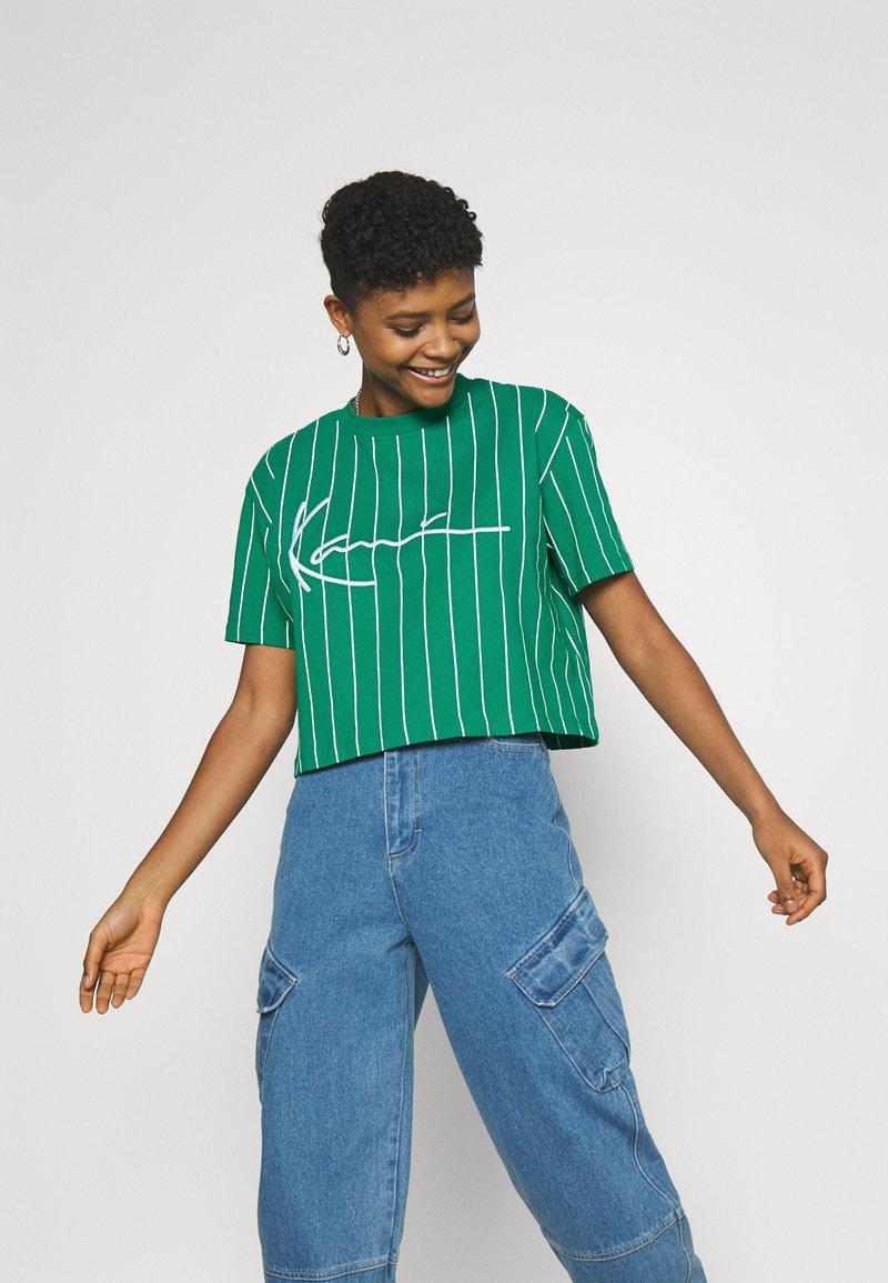 Karl Kani - SIGNATURE PINSTRIPE TEE - Print T-shirt - green