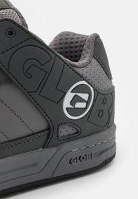 Globe - TILT - Skateschoenen - griffin/white - 5
