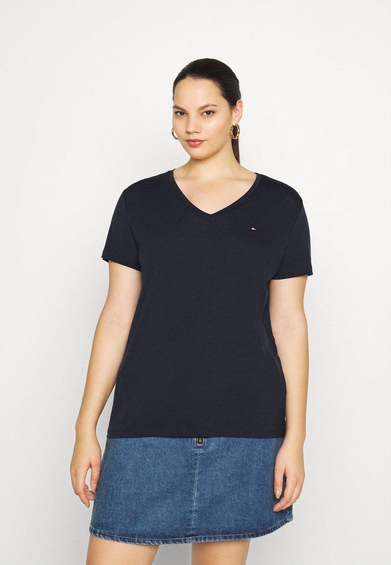 Tommy Hilfiger Curve - RELAXED V NECK - Basic T-shirt - desert sky
