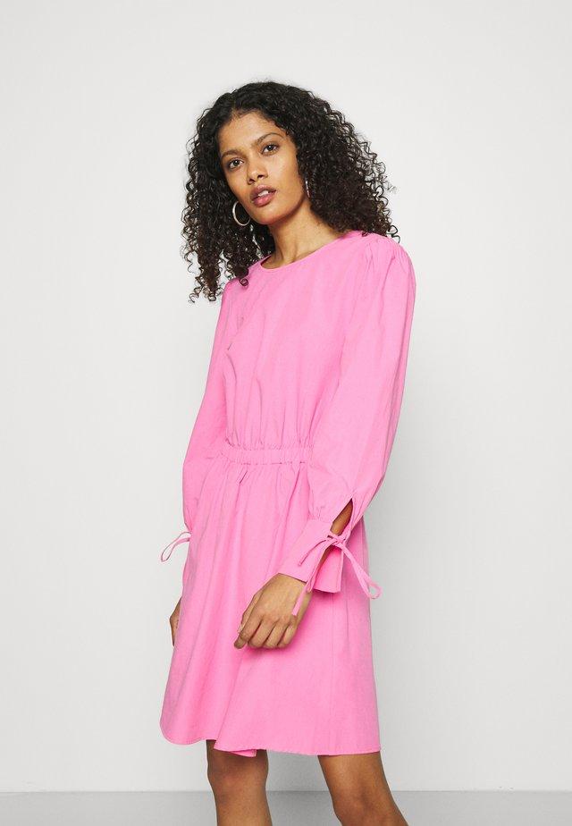 CARLEY - Vestito estivo - cosmo pink