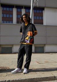 Nike Sportswear - CHALLENGER OG UNISEX - Trainers - white/grey/dark red - 0