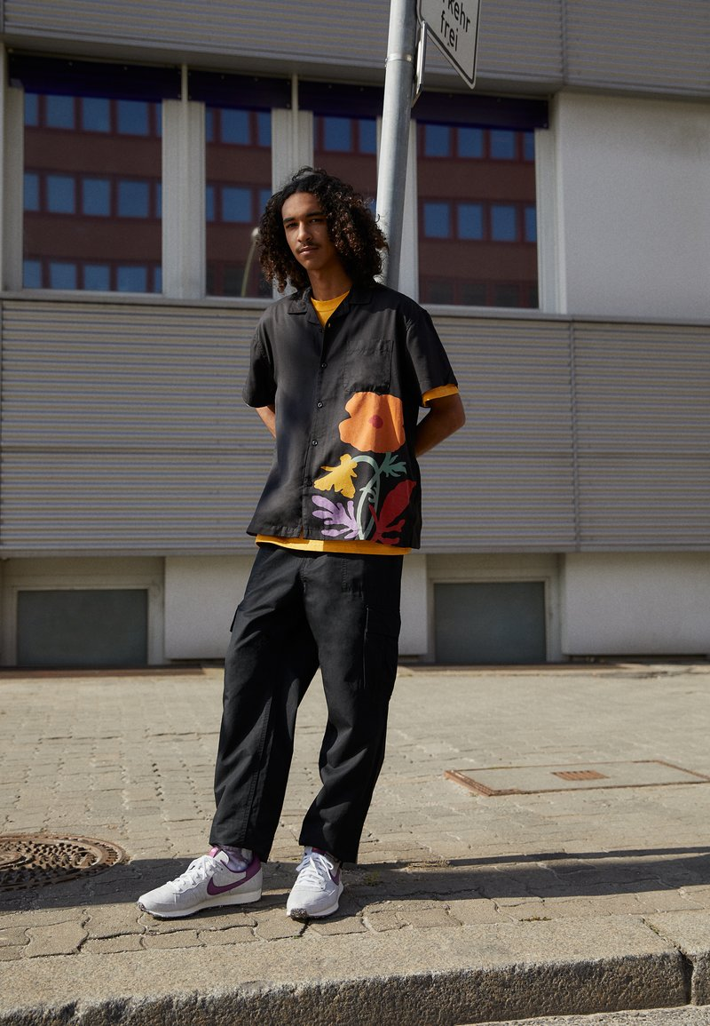 Nike Sportswear - CHALLENGER OG UNISEX - Trainers - white/grey/dark red