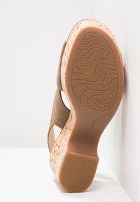 Clarks - MARITSA LARA - Sandály na platformě - olive - 5
