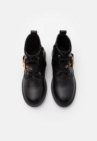 Versace - STIVALETTO - Šněrovací kotníkové boty - black/gold - 3