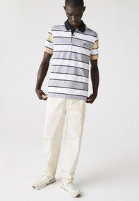 Lacoste - Polo shirt - heidekraut grau / weiß / beige / schwarz - 0