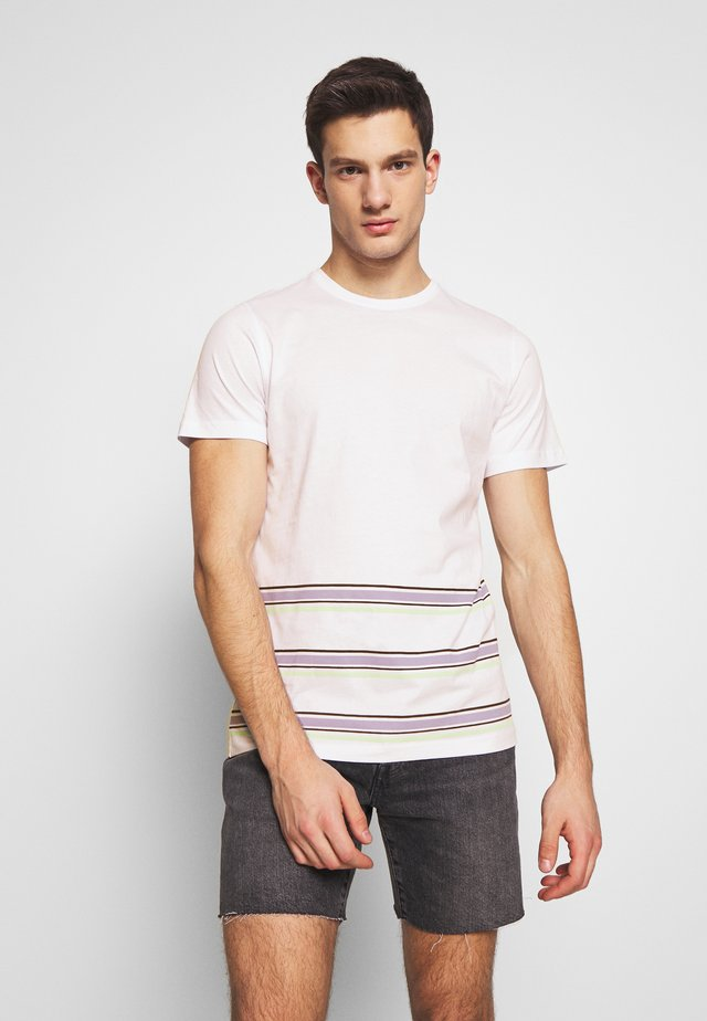ANOTHER INFLUENCE WITH STRIPE - T-shirt imprimé - white/lilac