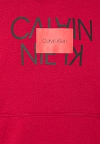 Calvin Klein - TEXT REVERSED HOODIE - Collegepaita - red - 2