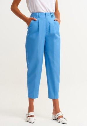MIT EINGRIFFTASCHEN - Trousers - morfo