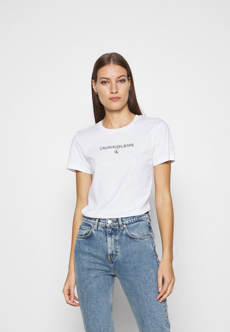 Calvin Klein Jeans - ROUND TEE - Print T-shirt - white