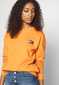 Tommy Jeans - TOMMY BADGE CREW - Bluza - rustic orange - 3