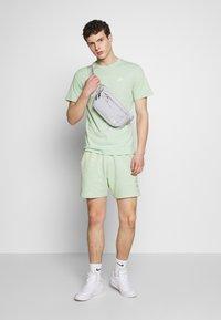 Nike Sportswear - CLUB TEE - T-shirt - bas - pistachio frost/(white) - 1