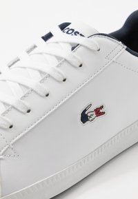 Lacoste - GRADUATE - Sneakersy niskie - white/navy/red - 5