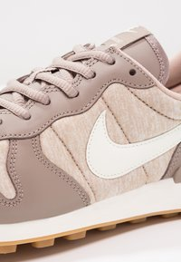 Nike Sportswear - INTERNATIONALIST - Trainers - sepia stone/sail/sand/light brown - 6