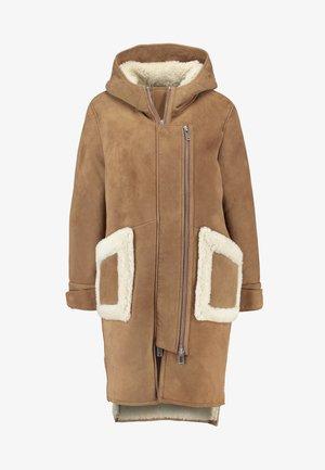 CLEO SHEARLING COAT - Zimní kabát - camel